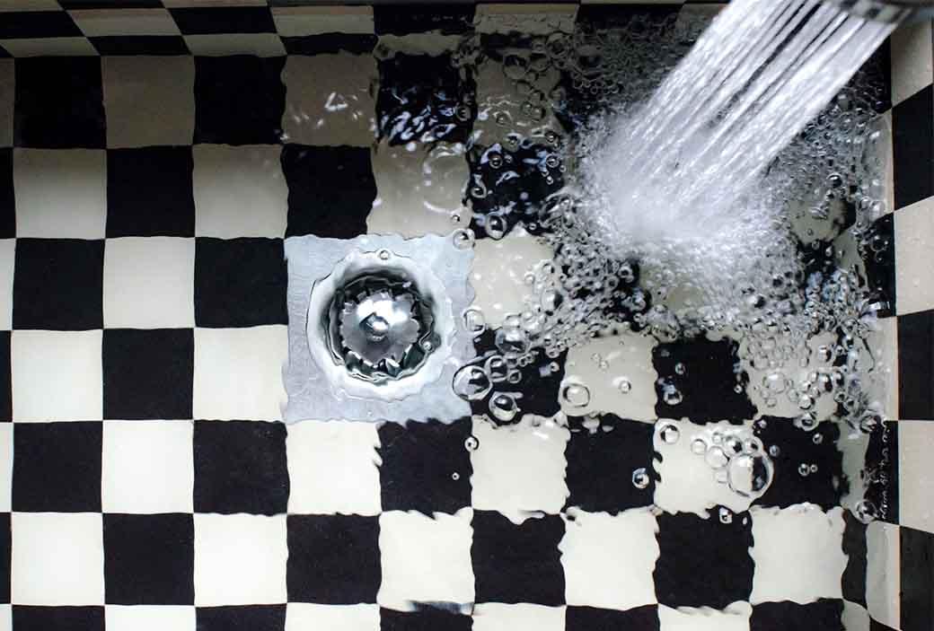 un evier dont l'eau a du mal a s'écouler et qui glougloute