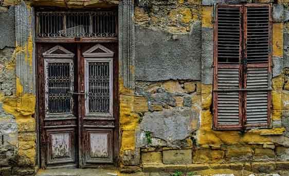 Une façade de maison qui a besoin d'être rénové