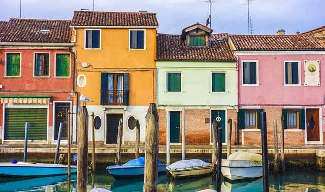 Des maisons avec des couleurs de toits vive