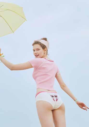 Une femme qui porte une culotte menstruelle