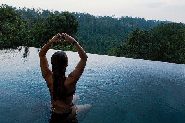 piscine avec une femme qui se baigne