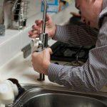 un plombier qui débouche une canalisation