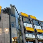 des stores bannes verticaux installés sur un immeuble