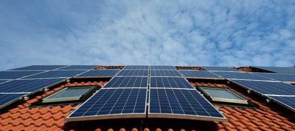 des panneaux solaires installés sur le toit d'une maison